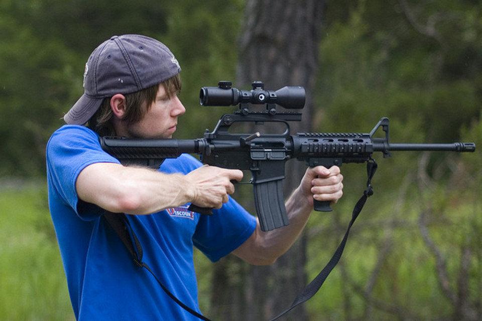 Un-joven-dispara-un-AR-15-en-u_54358325776_54028874188_960_639